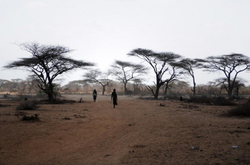 Men walk away from the outskirts of Dagahaley settlement at Kenya's Dadaab Refugee Camp, situated northeast of the capital Nairobi, near the Somali border, August 31, 2011.  REUTERS/Jonathan Ernst    (KENYA - Tags: SOCIETY TPX IMAGES OF THE DAY)