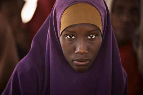 A Somali refugee waits to be registered by the United Nations High Commission of Refugees at Dagahaley camp in Dadaab in Kenya's northeastern province, June 3, 2009.  REUTERS/Finbarr O'Reilly