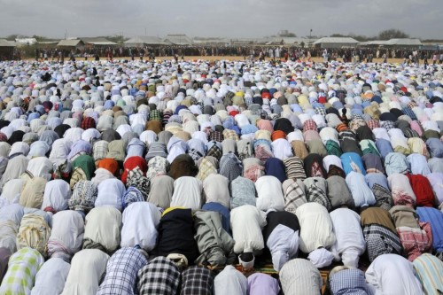 Thousands of Somali refugees pray during celebrations of the Eid al-Fitr in the Ifo marketplace at Kenya's Dadaab Refugee Camp, August 30, 2011.   REUTERS/Jonathan Ernst