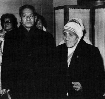 Mother Teresa of Calcutta is welcomed at Peking Airport on January 20, 1985 by Tang Lu-dao, vice-chairman of the Catholic Patriotic Association for a two-day visit to China. REUTERS/Theiler