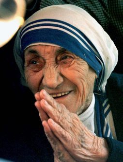 Mother Teresa of Calcutta greets journalists after arriving in Rome from New Delhi May 16, 1997. REUTERS/Paolo Cocco