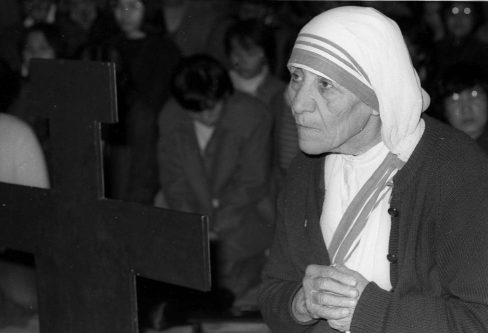 Mother Teresa prays at the St. Francis of Assisi