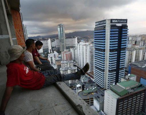 مشوق استخدام در ونزوئلا؛ ماهیانه ۱۰ دلار به اضافه ۱۴۴ تخم مرغ