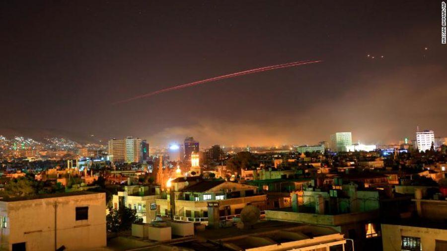 تصویری از دمشق در هنگام حمله موشکی آمریکا و متحدانش به دمشق و پاسخ ضد موشکی سوریه / سی ان ان