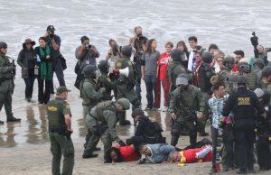 پلیس آمریکا ۳۲ فعال مذهبی و اجتماعی را در مرز مکزیک بازداشت کرد+عکس