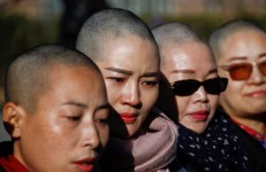 ۴ زن چینی در اعتراض به ادامه بازداشت شوهرانشان سر خود را تراشیدند+عکس