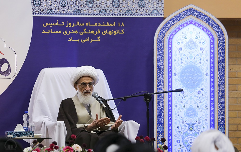%name حضرت آیت الله نوری همدانی: علما و همچنين امامان جماعت تنها به خواندن نماز جماعت اکتفا نکنند